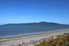 Isola di Kapiti dalla spiaggia di Paraparaumu, Nuova Zelanda fotografia stock