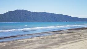 Isola di Kapiti dalla spiaggia di Paraparaumu, Wellington, Nuova Zelanda immagini stock libere da diritti