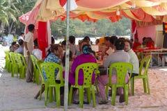 Isola di Koh Rong, Cambogia - 6 aprile 2018: celebrazione pubblica dell'evento del villaggio Festival khmer sulla spiaggia tropic fotografia stock libera da diritti