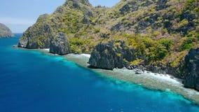Isola di Matinloc, EL Nido, Palawan, Filippine Vista aerea di piccole spiagge sveglie, acqua cristallina, scogliere taglienti e stock footage
