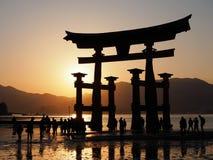 Isola di Miyajima del portone di Torii nel Giappone al tramonto immagini stock
