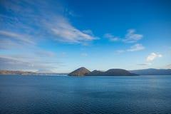 Isola di Nakajima in lago Toya, Hokkaido, Giappone Bella d soleggiata Fotografia Stock Libera da Diritti