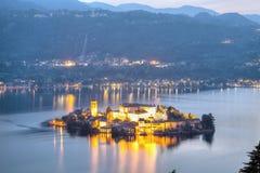 Isola di Orta San Giulio, vista di notte Immagine di colore Fotografie Stock