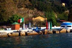 Isola di Palmaria: bagno dell'istituzione con le rocce ed il bunker italiani della cuccetta della bandiera Fotografia Stock Libera da Diritti