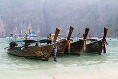ISOLA DI PHI PHI LEE, TAILANDIA - CIRCA SETTEMBRE 2015: Le barche sulla maya tirano, isola di Phi Phi Lee, mare delle Andamane, T Fotografia Stock