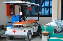 ISOLA DI PHI-PHI, TAILANDIA - 27 DICEMBRE 2012: Automobile dell'ambulanza vicino all'ospedale Fotografie Stock Libere da Diritti