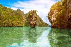 Isola di Phuket Tailandia riflessa nell'acqua fotografia stock