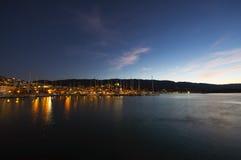 Isola di Poros in Grecia alla notte Fotografie Stock Libere da Diritti