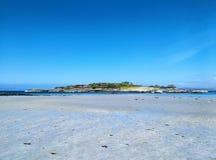 Isola di Samalaman con cielo blu, la sabbia & il mare, Scozia immagini stock libere da diritti