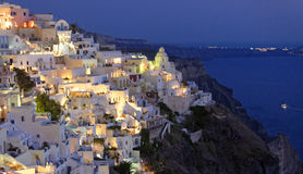 Isola di Santorini alla notte immagine stock