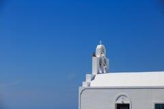 Isola di Santorini in Grecia - chiesa bianca su fondo blu Immagini Stock
