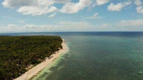 Isola di Siargao ed oceano, vista aerea archivi video