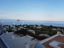 Isola di Stromboli nelle ombre del vulcano immagini stock libere da diritti