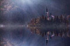 Isola di vista con la chiesa cattolica in lago sanguinato Bled è una delle attrazioni turistiche più stupefacenti in Slovenia Lan fotografia stock libera da diritti