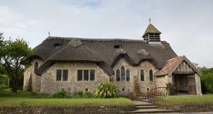 Isola di Wight d'acqua dolce ricoperta di paglia della baia della chiesa fotografie stock libere da diritti