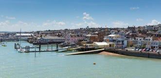 Isola di Wight del porto di Cowes con cielo blu fotografia stock