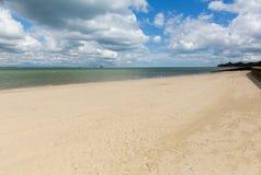 Isola di Wight della spiaggia sabbiosa di Ryde con cielo blu e sole di estate in questa città turistica sulla costa Est del nord Immagine Stock