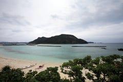 Isola di zamami ed Aka del ponte sotto il cielo nuvoloso immagine stock