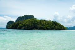 Isola a distanza tropicale nell'oceano Fotografie Stock Libere da Diritti