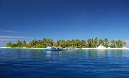 Isola e barca tropicali Fotografia Stock