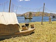 Isola e barche a lamella di galleggiamento fotografia stock libera da diritti