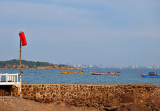 Isola e cielo blu del mare del crogiolo di spiaggia di estate Fotografia Stock Libera da Diritti