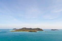 Isola e mare blu Fotografie Stock Libere da Diritti