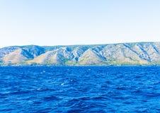 Isola e mare blu fotografia stock libera da diritti