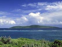 Isola e nubi con spuma fotografie stock libere da diritti