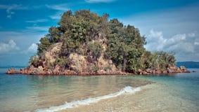 Isola e spiaggia pittoresche Immagini Stock