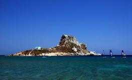 Isola e surfisti Fotografie Stock Libere da Diritti