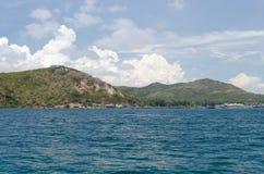 Isola ed acqua blu Immagini Stock Libere da Diritti