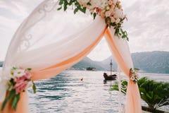 Isola ed arco di nozze Immagini Stock Libere da Diritti