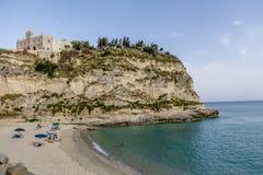 Isola för ` för Tropea strand- och Santa Maria dell kyrka - Tropea, Calabria, Italien Arkivbilder