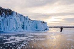 Isola il lago Baikal bloccato dal ghiaccio fotografia stock