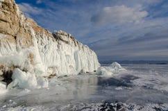 Isola il lago Baikal bloccato dal ghiaccio immagine stock libera da diritti