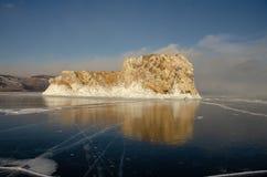 Isola il lago Baikal bloccato dal ghiaccio fotografia stock libera da diritti