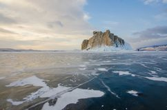 Isola il lago Baikal bloccato dal ghiaccio fotografie stock libere da diritti