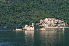 Isola la nostra signora delle rocce, baia di Cattaro, Montenegro Fotografia Stock