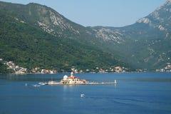Isola la nostra signora delle rocce fuori dalla costa di Perast, baia di Cattaro, Montenegro Fotografie Stock