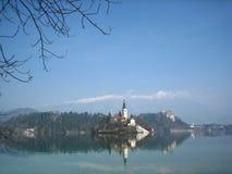 Isola in lago sanguinato Fotografia Stock
