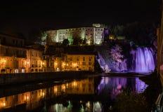 Isola Liri瀑布和城堡在夜之前, Ciociaria,意大利 免版税库存照片