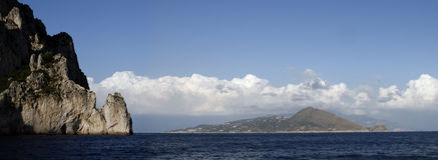 Isola lungo la costa del sud dell'Italia Immagine Stock