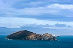 Isola nel golfo di Nachodka Mare orientale (del Giappone) 05 05 2014 Immagini Stock