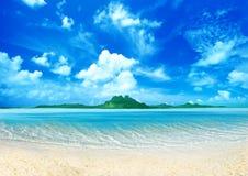 Isola nel mare illustrazione vettoriale