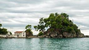Isola nel mare ionico, Parga immagini stock libere da diritti