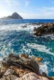 Isola nel mare, spiaggia di pietra, spruzzo dell'oceano Fotografia Stock Libera da Diritti