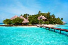 Isola nell'oceano. Benvenuto al paradiso! Immagini Stock Libere da Diritti