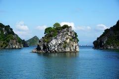 Isola nella baia di Halong, Vietnam, Sud-est asiatico Immagini Stock