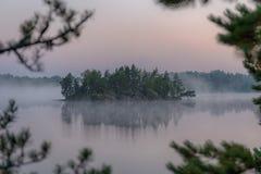 Isola nella nebbia Fotografia Stock Libera da Diritti